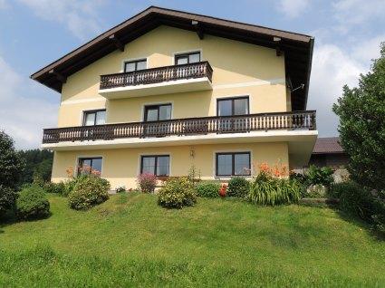 Unsere schöne Pension mit großzügiger Terrasse vorm Frühstücksraum und Balkon bei jedem Zimmer.